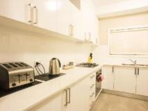 Amaaze Airport Apartments: kitchen