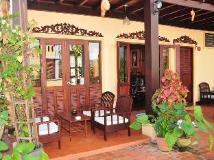 Villa Senesouk Hotel: balcony/terrace