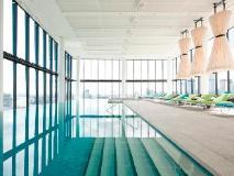 Crown Promenade Hotel: swimming pool