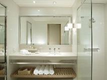 Crown Promenade Hotel: bathroom