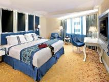 Emperor Hotel: guest room