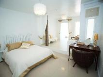 Gold Hotel: guest room