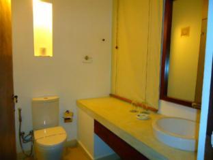 Goldi Sands Hotel Negombo - Standard Room Bathroom