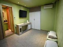 J Motel: guest room