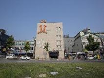 M Hotel: entrance