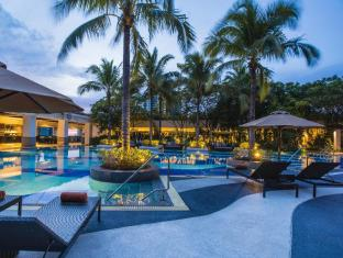 Emporium Suites by Chatrium Bangkok - Lanscape view of free-form pool