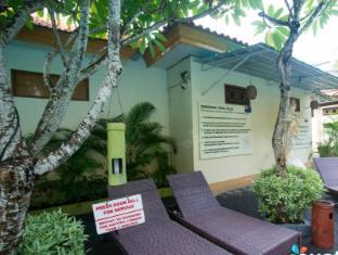 Febri's Hotel & Spa Bali - Sunlounges around Pools