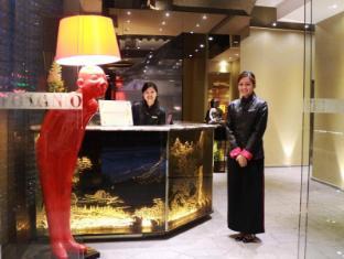 Lan Kwai Fong Hotel @ Kau U Fong Гонконг - Вхід