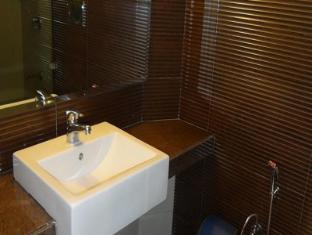 Chateau Windsor Hotel Mumbai - Bathroom