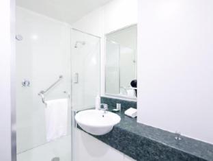 Jet Park Airport Hotel Auckland - Queen Room Bathroom