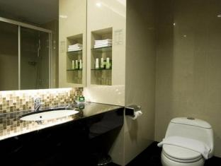 Emerald Garden Hotel Medan - Bathroom