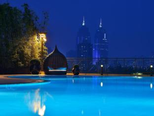 New World Shanghai Hotel Shanghai - outside swimming pool corner