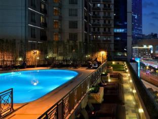 New World Shanghai Hotel Shanghai - outside swimming pool & street
