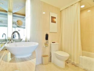 Royal Park Hotel Hong Kong - Suite Bathroom