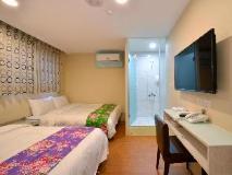 Mini Box Inn: guest room