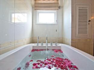 LK Royal Suite Hotel Pattaya - Versace Suite Jacuzzi Bathroom