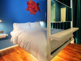 New Majestic Hotel Singapore - Majestic Garden - Big Gold Fish
