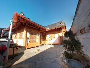 /jangsoo-hanok-guesthouse/hotel/jeonju-si-kr.html?asq=vrkGgIUsL%2bbahMd1T3QaFc8vtOD6pz9C2Mlrix6aGww%3d