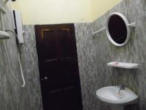 Chinthima Guesthouse: bathroom