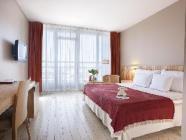Pokój o podwyższonym standardzie z podwójnym łóżkiem lub dwoma 1- osobowymi, z balkonem