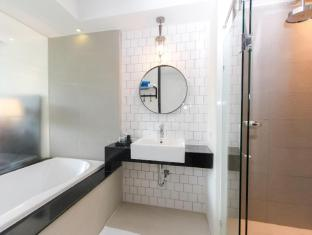 Sugar Marina Resort - Art - Karon Beach Phuket - Deluxe Pool Access - Bathroom
