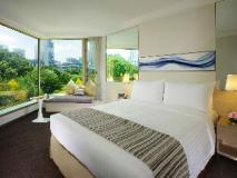 The Royal Pacific Hotel and Towers: guest room