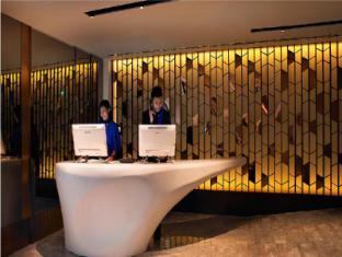 Naumi Hotel Singapore - Check in counter