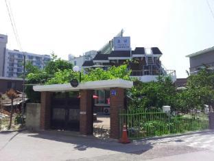 /chodang-guesthouse/hotel/gangneung-si-kr.html?asq=5VS4rPxIcpCoBEKGzfKvtBRhyPmehrph%2bgkt1T159fjNrXDlbKdjXCz25qsfVmYT