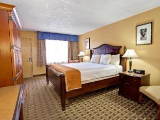 Howard Johnson Express Inn and Suites Lakefront Park