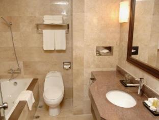 Crown Regency Hotel Makati Manila - Bathroom